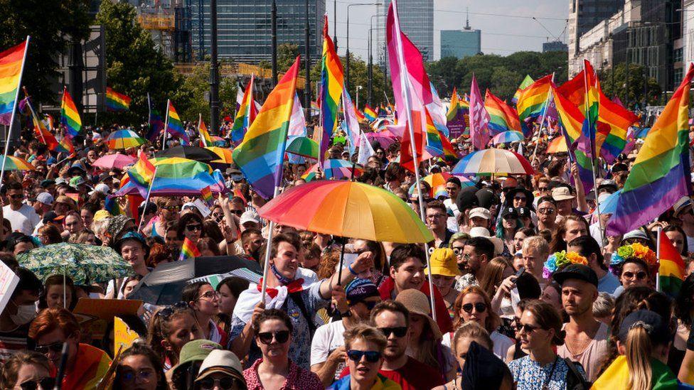Parlamentul European: Căsătoriile şi parteneriatele între persoane de acelaşi sex ar trebui recunoscute în întreaga UE / Comisia ar trebui să ia măsuri împotriva României, Ungariei şi Poloniei